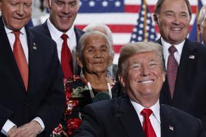 Le président Donald Trump se félicite après avoir signé l'ordre exécutif, le 4 décembre.
