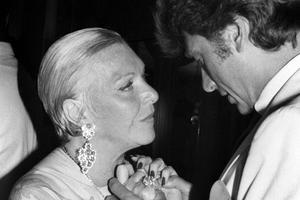 Moment tendre entre Johnny et Line Renaud, présente depuis le tout début a l'époque de «L'École des vedettes».