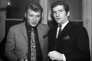 Johnny et Eddy Mitchell en 1966 au Gold Drouot, une discothèque à Paris.