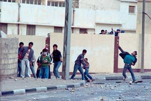 Des jeunes palestiniens jettent des pierres à Gaza, devant l'hôpital, le deuxième jour de l'Intifada,le 10 décembre 1987.