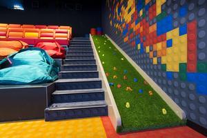 La rampe d'escalade permet d'accéder au mur Lego en haut de la salle.