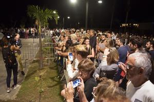 La foule est massée devant le Funérarium Saint-Jean de Saint-Barthélemy.