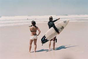 Deux surfeurs sur Bruleigh beach en Australie.