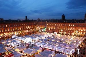 Vue aérienne du marché de Noël de Toulouse.