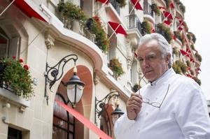 Alain Ducasse devant le Plaza Athénée (VIIIe).