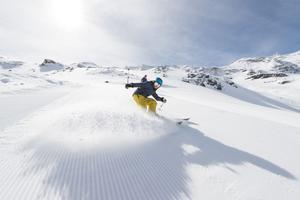Le skieur en aval est prioritaire. C'est à celui qui est au-dessus, d'anticiper.