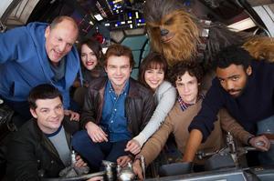 L'équipe du film réunie autour de Alden Ehrenreichne, acteur qui a la lourde tâche de faire revivre Han Solo.