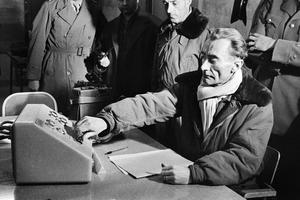 Le général Jean Thiry appuie sur le bouton qui déclenche un essai nucléaire français, le 27 décembre 1960.