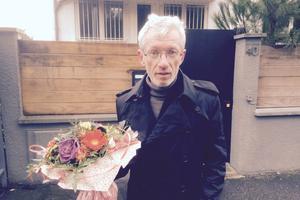 Alain et son bouquet de fleurs.