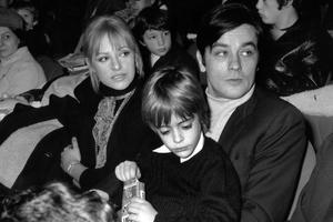 Alain Delon avec Nathalie (gauche) et dans ses bras Anthony (1969).