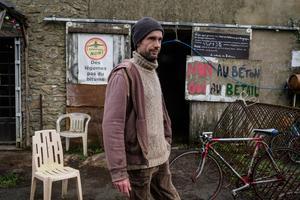 La ferme de Bellevue est l'un des lieux emblématiques de la ZAD. Sébastien y travaille comme agriculteur depuis cinq ans. Mais il se dit prêt à lutter contre une expulsion à tout moment.