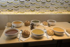 Six soupes de légumes en fonction des saisons au Bar à Soupes (XIe).