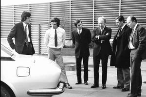 Lors de la présentation du coupé 504, Welter en bras de chemises avec Paul Bouvot et le staff Peugeot.