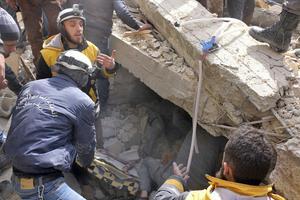 Les secours recherchent des survivants sous les décombres ce mardi.