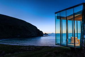 Nuit dans un cube de verre face à la mer