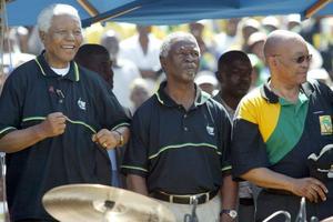 Jacob Zuma accompagné de Nelson Mandela et de Thabo Mbeki.
