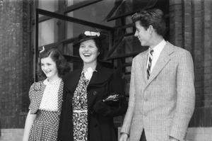 Au centre, Rosemary Kennedy.