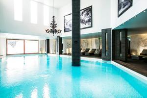 Entre parois abruptes et ardoises, le grand bleu de la piscine du spa du Strato, à Courchevel.