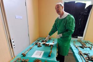 Le médecin légiste Bruno Fremont examine les ossements du sergent Claude Fournier, Poilu tombé lors de la bataille de Verdun.