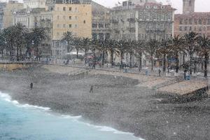 À Nice, la promenade des Anglais est sous la neige ce lundi.