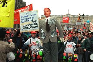 Laissé en première ligne par Jacques Chirac, Alain Juppé a été cloué au pilori par les cheminots.