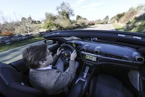La planche de bord, entièrement repensée, accueille une énorme tablette rectangulaire regroupant l'ensemble des fonctionnalités de la voiture.