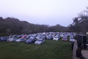 La prairie du château a été utilisée comme parking par le public de Dieudonné.