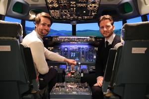Aux commandes d'un Boeing 737-800 dans le simulateur de vol.