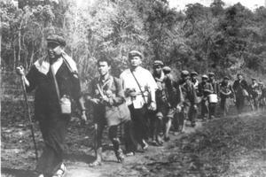 Pol Pot dirige les guérilleros cambodgiens dans la jungle, le 23 juin 1979.
