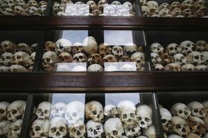 Des crânes et os de plus de 8.000 victimes du régime des Khmers rouges à Choeung Ek.