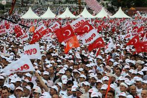 Les partisans d'Erdogan et de l'AKP assistent à un rassemblement à Istanbul quelques jours avant le vote sur la réforme de la Constitution le 12 septembre.
