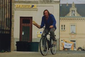 Gérard Depardieu faisant du vélo dans son vignoble.