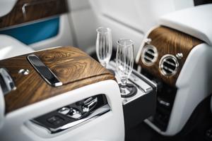 Une console centrale arrière réfrigérée complétée par deux flûtes à champagne.