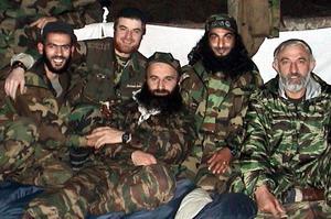 Des leaders séparatistes tchétchènes, dont Chamil Bassaïev, en 2004.