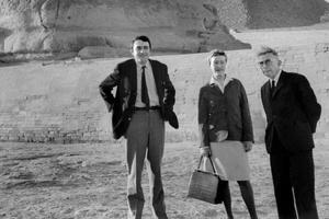 Le réalisateur Claude Lanzmann aux côtés de Simone de Beauvoir et Jean-Paul Sartre en Égypte en 1967.