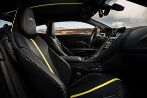 L'intérieur est assez sobre si l'on exclut les éléments jaunes.
