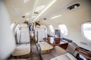 La destination sur mesure est le luxe des jets privés. À bord du Phenom 300, ou d'autres petits avions de moyenne portée de la flotte NetJets, il n'y a ni stewart ni hôtesse de l'air.