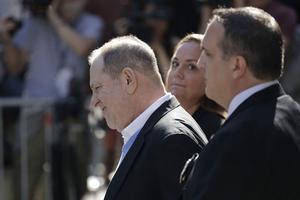 Harvey Weinstein à sa sortie du siège de la police new-yorkaise, vendredi.