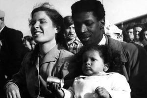 L'écrivain Jacques-Stephen Alexis, sa femme Françoise et sa fille Florence lors de la Fête de l'Humanité dans les années 1950.