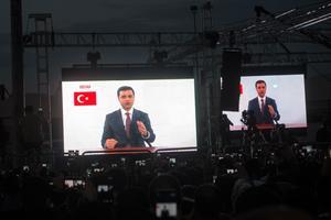 Selahattin Demirtas a profité d'un appel téléphonique avec son épouse pour faire un meeting.