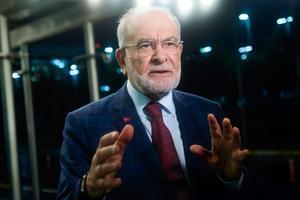 Temel Karamollaoglu, proche idéologiquement d'Erdogan, lui reproche de s'être lié aux États-Unis et l'Union européenne.