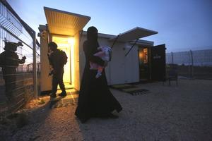 À la frontière du Golan, des gardes israéliens permettent l'accès sur leur territoire à ces femmes syriennes.