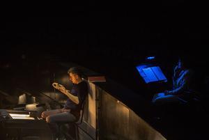 Philippe Jordan, le directeur musical, dans la fosse d'orchestre au cours de l'une des multiples répétitions.