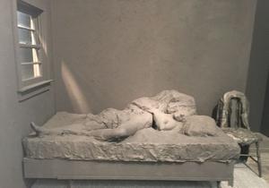 L'installation de George Segal sur le stand de la galerie Daniel Templon. Photo: BdeR / Le Figaro
