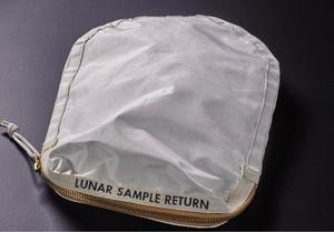 Crédits photos: Sotheby's/ Le sac blanc contenant les échantillons lunaires vendus aux enchères.