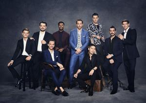 Ryan Reynolds, ambassadeur international de la Polo S en acier (en bleu clair) entouré des huit autres ambassadeurs du dernier modèle de Piaget.