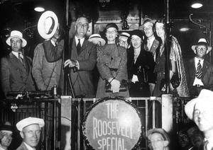 Franklin D.Roosevelt en campagne pour les élections présidentielles en 1932, à l'arrière d'un train, entouré de sa famille (sa fille Anne au centre, sa femme Eleanor à droite derriere le poteau) .