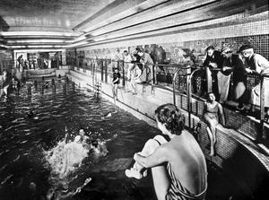 La piscine des premières classes à bord du paquebot «Normandie» de la Compagnie générale transatlantique.