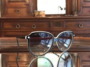 Dingue de lunettes.