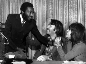 Dick Gregory avec les acteurs Donald Sutherland et Jane Fonda, en 1971.